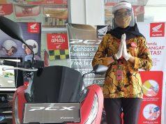 Karyawan Honda dilengkapi face shield, masker dan sarung tangan dalam melayani pelanggannya.