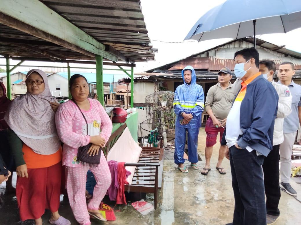 Hasil gambar untuk Hujan-hujanan, Gubernur Isdianto Tinjau Korban Bencana Alam di Batam